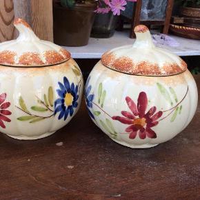 Skønne små lågkrukker, den ene har en lille ridse, se foto, og der er et lille skår i det ene låg, ses næsten ikke, 50 kr for begge 2. Lille sødt retro glasfad m blomst 25 kr.