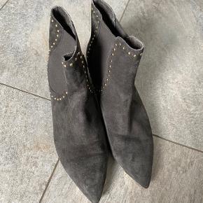 Super fine støvler. 3 cm hæl ca.  Grå skind.  Guld snude og nitter.  Str svarende. Brugt ganske få gange. Ser ud som nye.