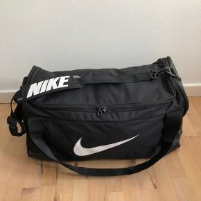 Sælger den her sportstaske fra Nike. Det er en mellem/stor sportstaske, som også kan bruges som weekendtaske. Den sælges da den desværre ikke bruges. Kom med et bud!😊