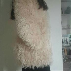 Rosa farvet plys jakke fra H&M. Str. s   Kun brugt ganske få gange😊