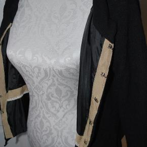 Cardigan, Noa Noa, str. S, sort, uld, God men brugt Ret så fin mønster strikket uld cardigan med for i. Hægte lukning hele vejen op, små stiklommer fortil small bælte stropper i siderne (de bemærkes ikke rigtigt) men kan fjernes om man vil. Bælte for længst borte, det gjorde intet godt for cardiganen! 80% uld foret er kunststof str small Fejler intet (ud over mangel på bæltet)