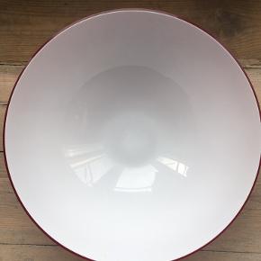 Rød Cocoon skål fra Holmegaard.  Hel og fin stand - ingen skår.  Højde 12 cm Diameter 30 cm  Skal afhentes København V