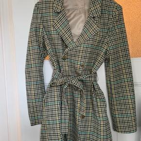 Lang blazer - eller meget kort kjole. Stylenavn er faktisk Klint Dress. Har selv kun brugt den som blazer. Fejler intet.