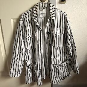 Sælger denne vildt fede stribede jakke fra Monki, da jeg ikke får den brugt. Den er en str. xs, men svarer dog nærmere til en medium. Jeg er en small, og den sidder på mig som vist på billederne. Sendes med DAO på købers regning. Søgeord: Weekday, skjorte, oversize, Nike, Adidas, Reebok, Carhartt, retro