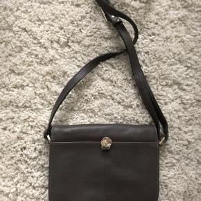 Sød grå taske fra Adam sælges, da jeg ikke får den brugt. Ca. mål: 19 cm x 16 cm