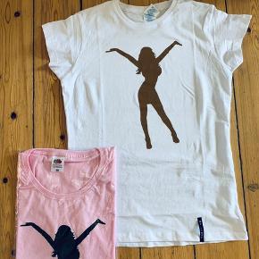 Lyserød t-shirt fra Linses web shop. Den hvide er ikke til salg, det er kun så i kan se hvordan den ser ud!