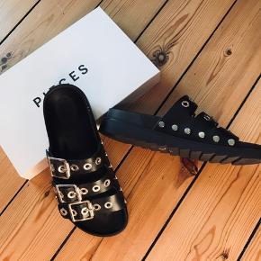 Helt nye Sandaler i str 38  Aldrig brugt, det der ses under skoen er prismærket som er pillet af.  Prisen står på skoæsken og er kr 499,95. Afhentning i Valby.