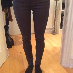 Skinny stramme coatede jeans fra 2nd Day. Farve: Aubergine  De sidder helt til på mig (jeg er en XS). Jeans'ne er coatede, så de er er aubergine /mørk lilla på overfladen og mørkeblå under det.  Jeg har også mange andre jeans fra Day i nogenlunde samme størrelse til salg :)  Se også mine mange andre annoncer med lækre mærkevarer, vintage og andre fine ting til gode priser. Der er ekstra gode priser, hvis du køber flere af mine varer :)  Varen er i Blovstrød på Nordsjælland.