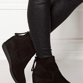 Super fin og velholdte støvler  Model Emmy s i Black /Black  Sendes i original kasse.  Brugt men velholdt