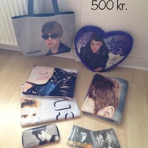 Pude. Tæppe. Taske.  Pung.  2 x badehåndklæder. 2 x cd'er  Fedt sæt med Justin Bieber. - tasken og pungen er købt i udlandet, rigtig god kvalitet og vi har ikke set nogen have eller gå med det i dk.  Byd gerne.  Kan sendes forsikret med DAO for 45 kr.