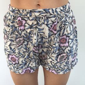 Blomstrede shorts fra H&M med elastik i taljen. Str. 38