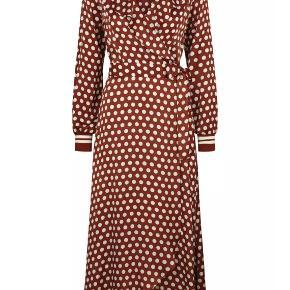 Så fin kjole. Farven er brun, rust orange og passer lige ind i efterårspalletten. Materiale er viskose.