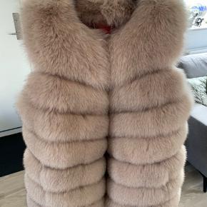 Helt ny ræve pels, str 38 købt i stampe pels, på strøget i Århus. Købspris 4347