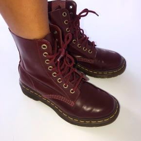Fede chunky støvler fra dr. Martens i Bordeaux-rød læder.  ( dem Miley Cyrus har på i musikvideoen til wrecking Ball ;) )