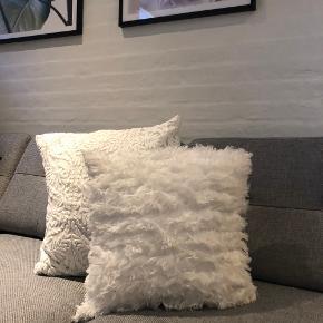2x hvide pudebetræk fra h&m Den med broderi måler 50x50 (pude medfølger ikke) Den med flæser måler 40x40 (pude medfølger) Begge for 80 kr