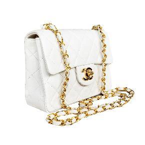 Chanel Classic Vintage Mini Square Crossbody Taske. Hvid med 24kægte guld på hardware. Ultra sjælden i denne farve og kombination. I helt som ny stand.   Mål: 17x13x6cm.   Fast pris: 20700dkk.   For køb og spørgsmål skriv til info@deedee-tasker.dk