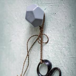 2 store og 2 små Rie Larsen diamant knager i grå porcelæn Sælges samlet!