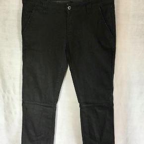 Fra DAY BIRGER ET MIKKELSEN : Lækre bukser / jeans. To skrålommer foran. To pynte baglommer. Fine syninger / overskæringer på buksebenene.  Brugt to gange og vasket (skåne 30 grader) en enkelt gang. Super pasform og kvalitet. 87 % bomuld, 11,5 % nylon og 1,5 % lycra. Oprindelig købspris : 1200,- Sender gerne med DAO på købers regning.
