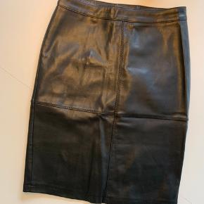 Imiteret læder nederdel.