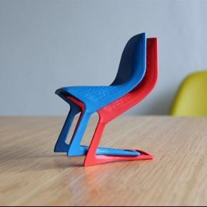 Små modelstole i plast.  H 14 cm Pris er pr stk