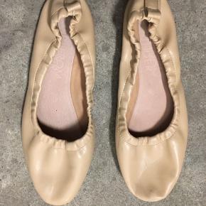 Ballerina-sko fra mærket Out From Under - købt i Urban Outfitters. De er kun brugt få gange og fremstår som nye. De er ikke ægte skind