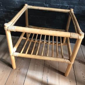 Rigtig fint bambus bord 50 x 50 cm 44 cm høj Med glasplade og hylde under.. Sofabord eller sidebord  I rigtig fint stand