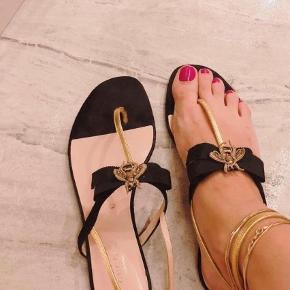 Varetype: Sandaler Farve: Sort Prisen angivet er inklusiv forsendelse.  Gucci Moody Bee suede sandal Mp 2400 kr Kvittering haves ikke