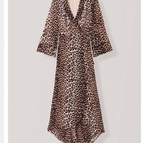 Ganni georgette wrap dress i leopard:-) passer en 36. BYD modtages :-) bytter ikke. Np 1700