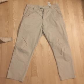 Super lækre bukser beige trousers fra Zara. De er størrelse 40 hvilket svaret til 31 i jeans. Bukserne fitter Cropped