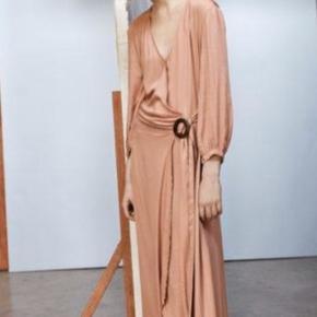 Smuk kjole fra Rabens Saloner -kjolen har smuk slå-om med flot spænde i træ i siden. Kvalitet: 100% viskose. Farve - Army. Prisen er pp og TS gebyr. 30dayssellout