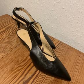 Smukke Slingbacks stilletter med spids tå fra H&M premium. De er i ægte læder.  De er brugt 1 gang og fremstår i perfekt stand. Nypris 499,- sælges for 175,- ❣️