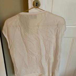 Fin t-shirt med silke ryg