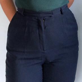 Flotte mørkeblå bukser i str 44 fra Fransa Sidder virkelig flot Lidt små i størrelsen Byd gerne