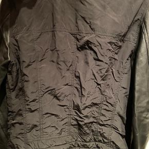 Sælger denne jakke, da jeg ikke får den brugt. Den er brugt max. 3 gange, sælger den fordi den står og fylder skabet :-) Np. 600kr