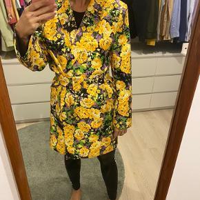 Smukkeste gestuz blazer/kjoler i blomster mix 💕💐   Kan bruges åbner som blazer eller lukkede med bælte som kjole, stadig med prismærke. Jeg er 167 og det er billeder af mig.