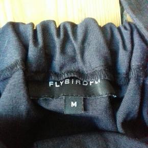 Flot sort halterneck buksedragt med shorts. Der er lommer for og bag og bælte til