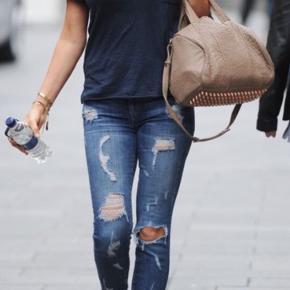 """Must-have perfekte distressed Current/Elliot """"the stiletto jeans"""" str 27 i den helt rigtige blå vask. Længden er lige over anklen og de sidder som en drøm!"""