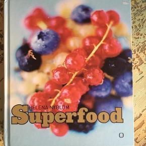 Politikens hæklebog  Superfood  De er aldrig læst - har kun bladret lidt i dem og ellers har de stået i reol.  30 kr./stk.  Hækle hæklet Lær at hækle Super food Sund mad Livsstil kreativ  Hygge bog Fagbog fagbøger