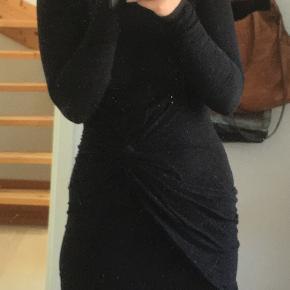 Tætsiddende kjole med binde-agtig detalje. Dejlig blød.