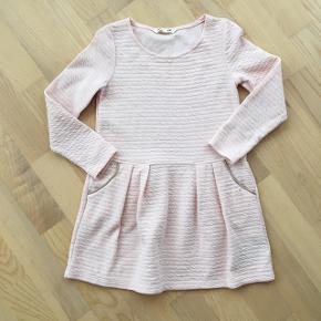 H&M kjole str. 110/116. Kun vasket, aldrig brugt. Pigebarnet vil IKKE bruge den!! 52 kr.