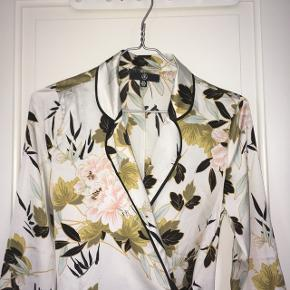 Denne kimonokjole er aldrig brugt og leder efter en ny ejer 💙