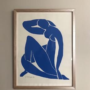 Matisse Nu bleau fra 1952. Sat på hvidt papir og professionelt indrammet i 80'erne i træramme med halv-transparent sølvagtig bemaling.  Fin, fin stand; trykket bølger en lille bitte smule og enkelt hak i ramme. 51x67 cm  400kr - afhentes på Christianshavn  #nubleau #matisseplakat #matisse #tryk #kunstvæg #blåkvinde #blådame #tilvæggen  #billedvæg #gallerivæg