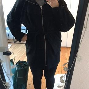 Sælger min jakke fra MbyM, da jeg vil have en ny. Den er kun brugt en enkelt sæson og derfor fremstår den som ny.  Den har posede ærmer og en stor hætte.  Det er størrelse XS/S, men jeg er normalt en M og passer den fint, men det er nok grundet dens posede former.  Sendes på købers regning eller afhentes på min adresse🌸