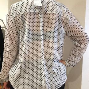 Ny skjorte stadig med prismærke på. Har givet 179 for den, men får den ikke lige brugt alligevel.