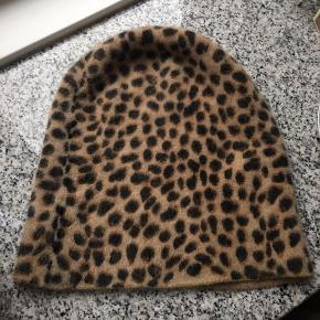 Sender pakker i dag, så send mig en besked hvis vi skal handle ☀️ ved køb af mere fra min profil finder vi en fin samlet pris  Sælger super billigt ud 🌸  Fin hue med leopard mønster 32% Angora uld Brugt en enkelt gang