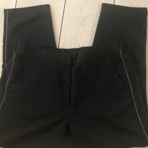 Sprit nye bukser.  Super pasform  Sølvstribe ned langs siden