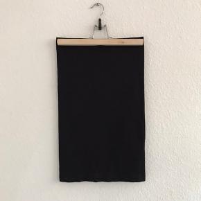 Tubetop i polyester og elastan.  Kan bruges som nederdel og top.  Sidder til, med godt stræk i.  Kan også bruges af en Small og Medium.