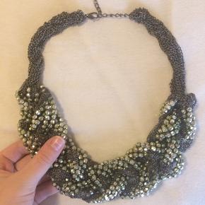 Chunky halskæde  Nypris 300 kr  God kvalitet - ret tung, da den er udført i en metallisk materiale Mesh gavepose medfølger   Alle varer under 500 kr.: Køb 3, få den billigste gratis 👌🏻
