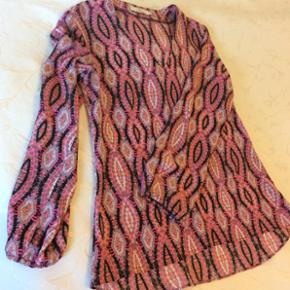Charlotte Sparre skjorte i 100% silke, som ny, brugt meget få gange. Der er en smal elastik ved ærmet, så ærmet lægger sig fint om håndleddet. Fra ikke ryger hjem