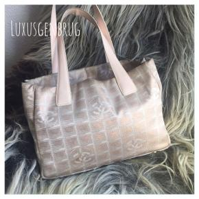 Chanel shopper i nylon med CC logo - der er 2 lommer med lynlås, samt snor med krog til nøgler, pung mm - lille hul på hank der kan limes  Du finder ikke Chanel så billig andre steder / fast pris   Ny pris: 9.700 kr - Nu: 1.500 kr / 30 cm bred/ 22 cm høj / 11,5 cm dyb  Tjek evt. Instagram: Luxusgenbrug